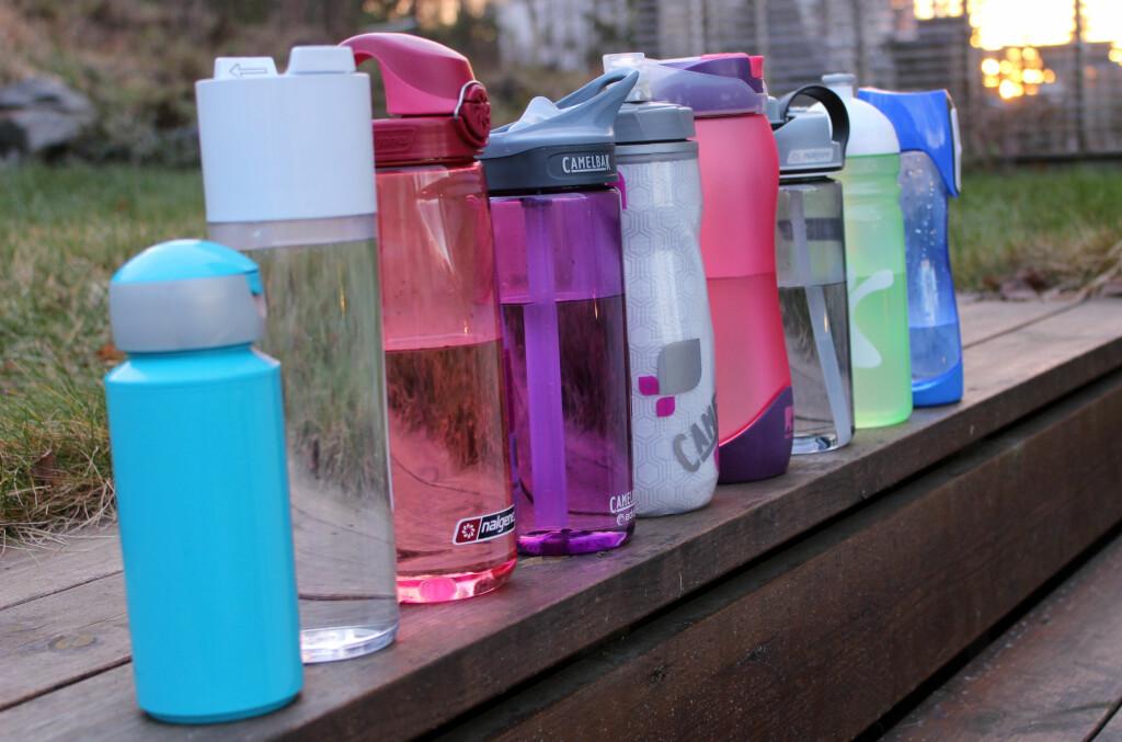 <b>IKKE SÅ TETTE SOM DE LOVER:</b> Alle disse drikkeflaskene lover å være helt tette. Det er det kun tre som er. Foto: Kristin Sørdal