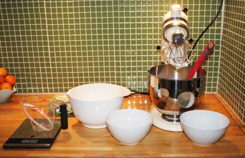 Det tar lenger tid, og gir langt mer oppvask når vi lager makronene fra bunnen av. I tillegg kommer skjærebrett og kniv, som vi hadde rukket å rydde unna. Foto: Elisabeth Dalseg