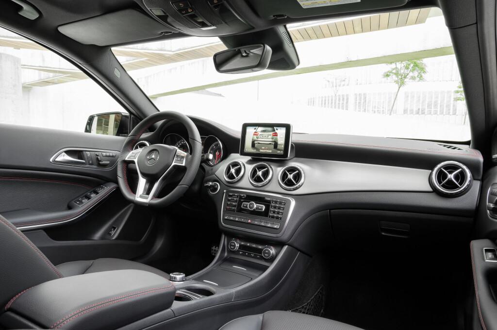 Man kjenner igjen interiøret i Mercedes GLA fra A-klassen, men SUV-en er en romsligere bil. Inngangsbilletten til GLA-klassen koster 390.000 kroner - men frakt og leveringsomkostninger kommer da i tillegg. Foto: Daimler