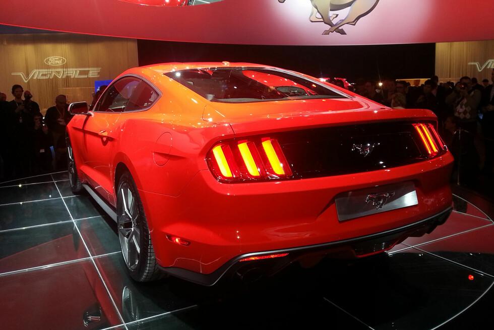 VELKJENTE FORMER: Det er noe svært klassisk over den nye Mustangen - særlig sett fra denne vinkelen. Inspirasjonen fra 1964-originalen og 1967-oppdateringen -  udødeliggjort blant annet i filmen Bullitt med Steve McQueen, er tydelig. Foto: Lord Arnstein Landsem/Autofil