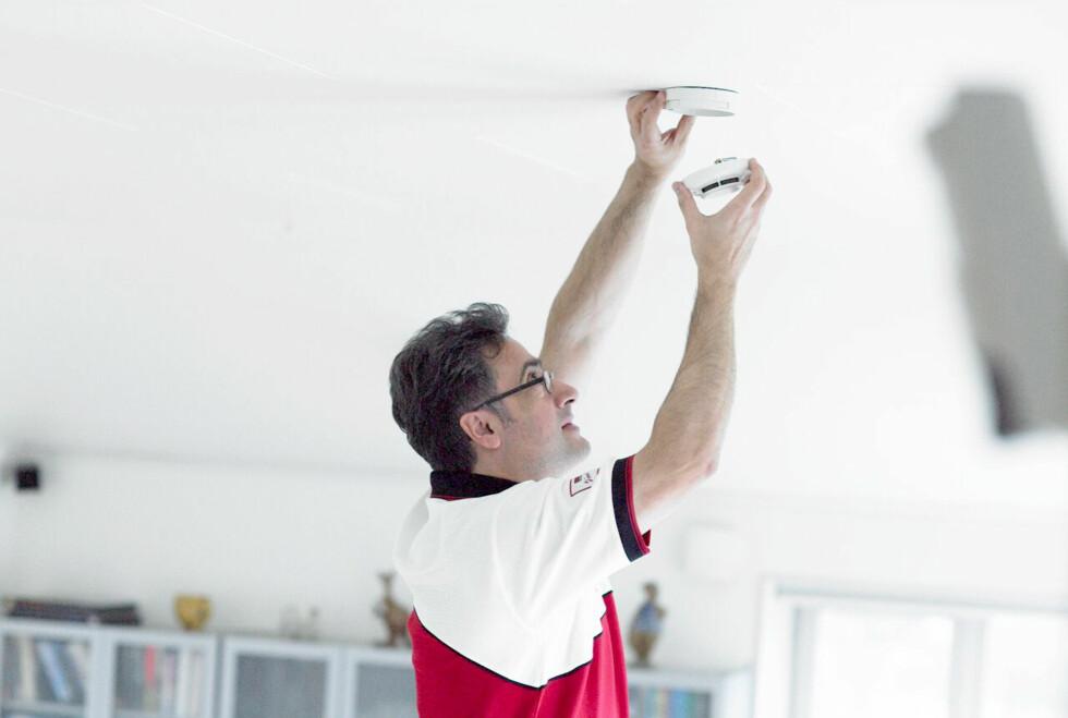 Å kontrollere at røykvarsleren fungerer er en enkel jobb og gir økt brannsikkerhet. Foto: Securitas Direct