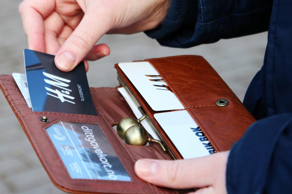 SJEKK LOMMEBOKA I DAG: Ifølge økonomiprofessor Ola Grytten går gavekort for 2,5 milliarder kroner til spille hvert år.  Foto: Ann Kristin Andreassen
