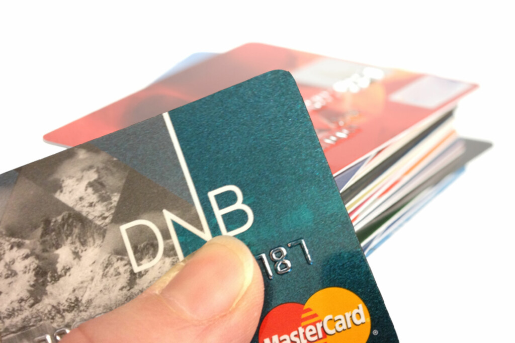 En rekke kredittkort gir rabatter og fordeler, men er du sen med betalingen går gjerne vinninga opp i spinninga. Foto: Berit B. Njarga/Colourbox
