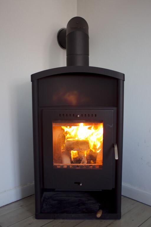 Det er ikke krav til kompetanse hos den som installerer, men ovnen må være rentbrennende. Foto: Colourbox