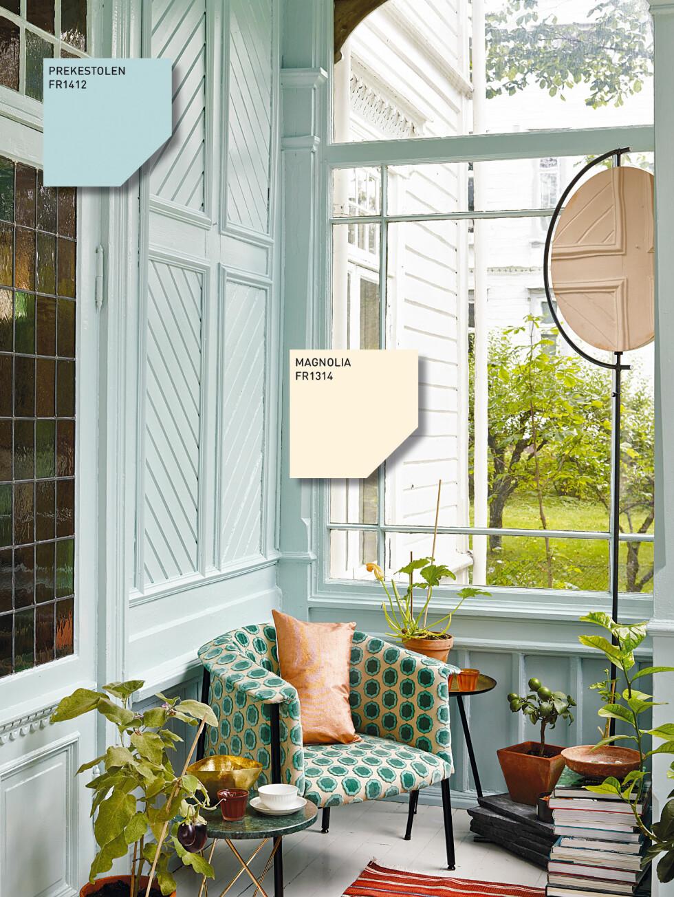 Norsk nostalgi - Verandaen er malt i en av de lyseste blågrønne nyansene fra Fargerike, Prekestolen. Gylne metaller, terracottafarger er fine aksentfarger.  Foto: Fargerike