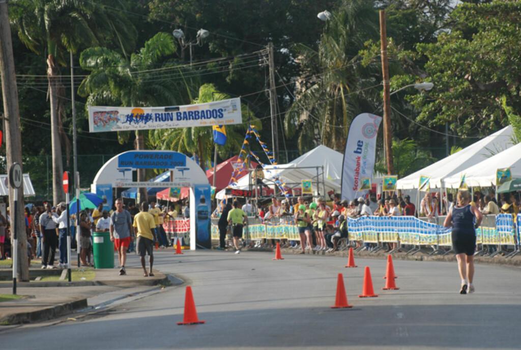LITE FOLK: Denne maratonen starter halv fem om morgenen og det er kun rundt 100 mennesker som deltar.  Foto: Sportingbarbados.com