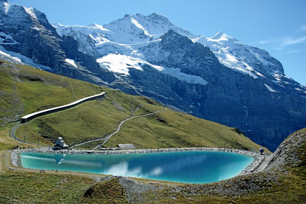 <strong>TUNGT, TUNGT, TUNGT:</strong> Har du lyst til å løpe en maraton som går opp i 2000 meters høyde i et sveitsisk fjellpass, er Jungfrau Marathon for deg.  Foto: Aller Forlag