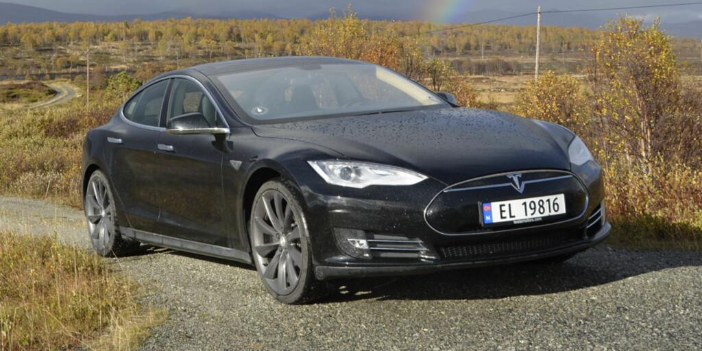 SKAL BLI MINDRE: Nye Model 3 skal visstnok bli både mindre og billigere. Her ser vi en Model S.  Foto: STEIN INGE STØLEN / AUTOFIL