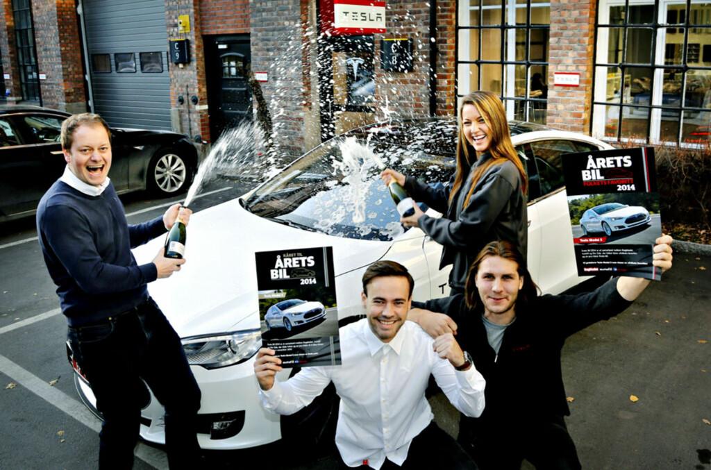 VINNERGJENGEN: - For oss her i Norge betyr det utrolig mye å vinne denne prisen. Vi er få ansatte som skal levere veldig mange biler og tilfredsstille forventninger til ekstremt mange kunder, sier butiskksjef Kjell-Arne Wold, mens han spretter champagnen sammen med de lykkelige Tesla-selgerne Victor Leversen, Aksel Tangen og Laila Tekia. Foto: Jacques Hvistendahl / Dagbladet Foto: Jacques Hvistendahl