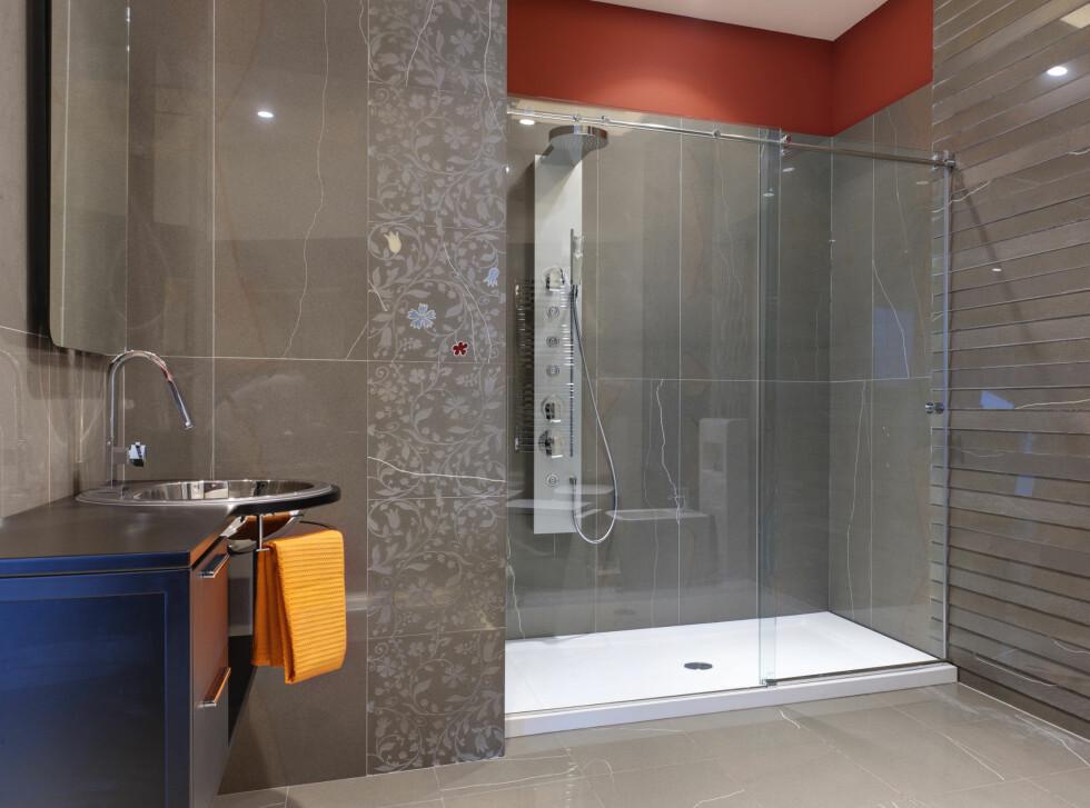 I stedet for å dusje rett på gulvet, kan du bruke et dusjkar, som her. Dette skåner gulvet. Er det godt med fall mot sluk i dusjkaret, er det heller ikke noe i veien for å bygge opp gulvet rundt, slik at det går kant i kant, for et mer sømløst uttrykk.  Foto: Panthermedia