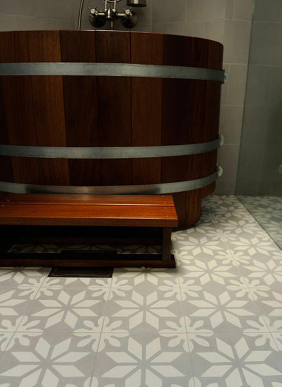 Marokkanske fliser kan egne seg for baderomsgulv, og det finnes spesialbehandlinger som gjør dem ekstra motstandsdyktige mot sprut og søl.Du bør likevel ikke dusje rett på gulvet. Det er viktig at du er nøye og tørker opp vannsøl fort, om du ikke ønsker et skjoldete gulv.  Foto: Produsenten