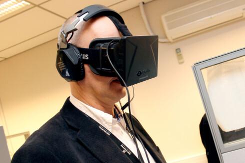 <strong>FREMTIDENS JULEGAVE:</strong> Her står Komplett-direktør Anton Hagberg med VR-brillene Oculus Rift. Produktet er ikke lansert ennå, men kan kanskje bli en populær julegave neste år?  Foto: Ole Petter Baugerød Stokke