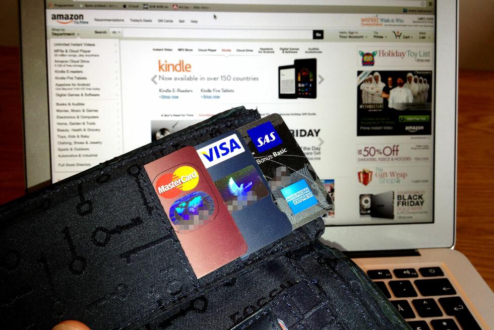 SER DU FORSKJELL?  Av disse tre kortene, er det bare MasterCard og American Express som er kredittkort. Det vanlige bankkortet er utstyrt med Visa-funksjonalitet slik at det kan brukes ved netthandel i utlandet, men pengene trekkes direkte fra din konto. Foto: Tuva Moflag