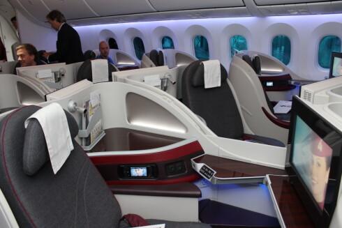 På businessklasse hos Qatar er det i alle fall ikke noe problem med hverken smale seter eller beinplass. Foto: Kristin Sørdal