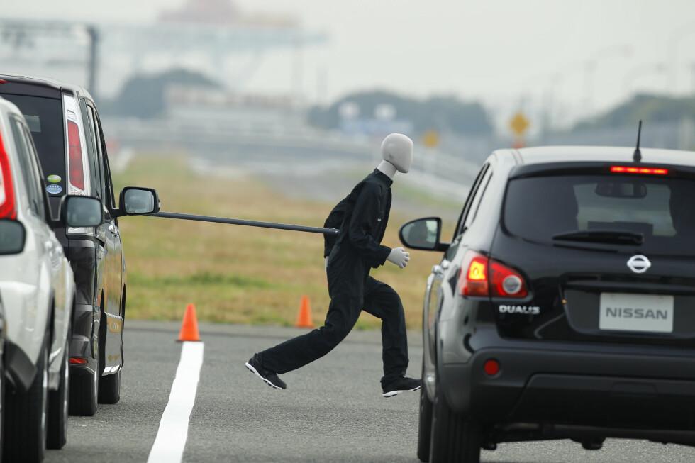 BILEN STOPPER SELV: Autobrems-system for å unngå å treffe fotgjengere. Her testes et system som inngår i Nissans Safety Shield, som er på vei ut i markedet. Nylig kom en begrenset versjon på nye Nissan Note. Foto: Knut Moberg