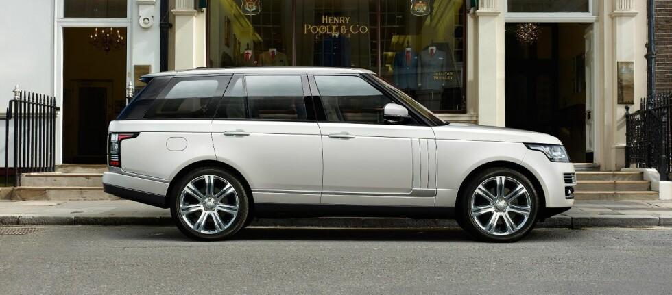 Range Rover kom for et år siden. Nå begynner spesialversjonene å poppe ut av fabrikken.  Foto: Range Rover