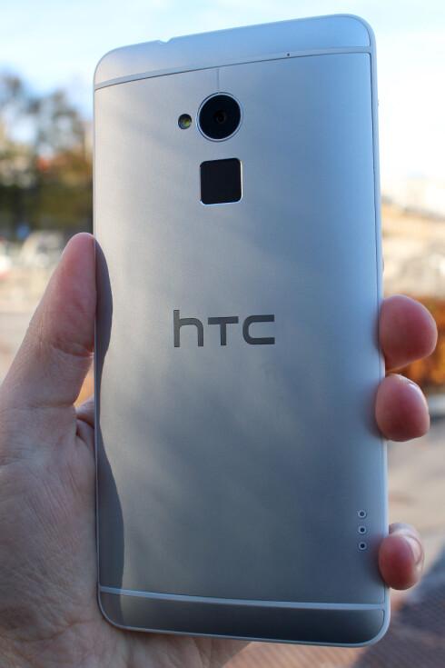 STORT BATTERI: Inne i den store kroppen skjuler HTC One Max et stort batteri. Selv om du kan fjerne bakdekselet kan du ikke bytte batteriet.  Foto: Ole Petter Baugerød Stokke