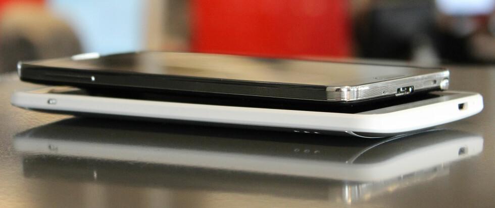 FOR STOR: Jada, poenget med slike mobiler er at de skal ha store skjermer, som fordrer store kropper. Men HTC One Max er som du ser betraktelig større og tykkere enn for eksempel Samsung Galaxy Note 3.  Foto: Ole Petter Baugerød Stokke
