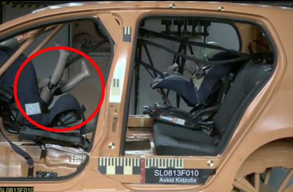 KATASTROFALT: Festearmene på isofix-festet på bilstolen slapp, og bilstolen flyr gjennom kupéen. Ifølge ADAC er det påfallende mange dårlige bilstoler i testutvalget. Foto: Råd & Rön/skjermdump av testvideo