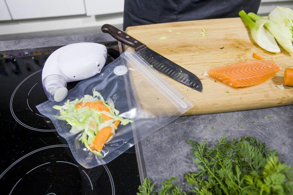 Med en liten vakuumpistol og tilhørende poser holder restematen opptil fem ganger lenger i kjøleskapet.  Foto: Per Ervland