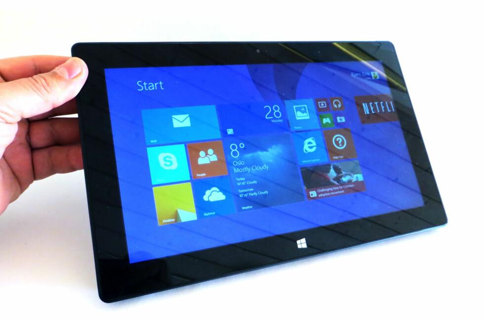 Microsoft Surface Pro 2 ser nesten helt lik ut som forgjengeren, men på innsiden sitter ny maskinvare som blant annet sørger for bedre batteritid. Foto: Bjørn Eirik Loftås