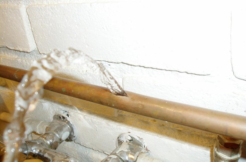 Selv en liten sprekk i røret kan forårsake store skader om vannet får flomme fritt.
