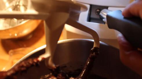 I leddet mellom skroget og armen på kjøkkenmaskinen sitter en skrue. Her kan du til en viss grad regulere hvor langt ut mot kanten vispen når. Foto: Elisabeth Dalseg