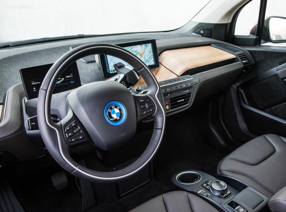 """FORSTERKET ELBIL-BONANZA: Interiøret i BMW i3 - tredje mest solgte av ni modeller i februar. En av åtte nyregistrerte biler var en elbil denne måneden. Bilsalget var også det """"reneste"""" noensinne målt i CO2-utslipp - men ikke bare på grunn av elbile Foto: BMW"""