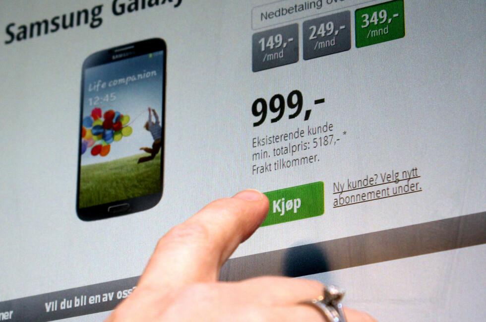 """IKKE BILLIG: 999 kroner for en Samsung Galaxy S4 høres for bra ut til å være sant, og det er det også. I virkeligheten er Chess sin pris langt dyrere enn i butikken, som her avsløres ved """"min. totalpris"""".  Foto: Ole Petter Baugerød Stokke"""