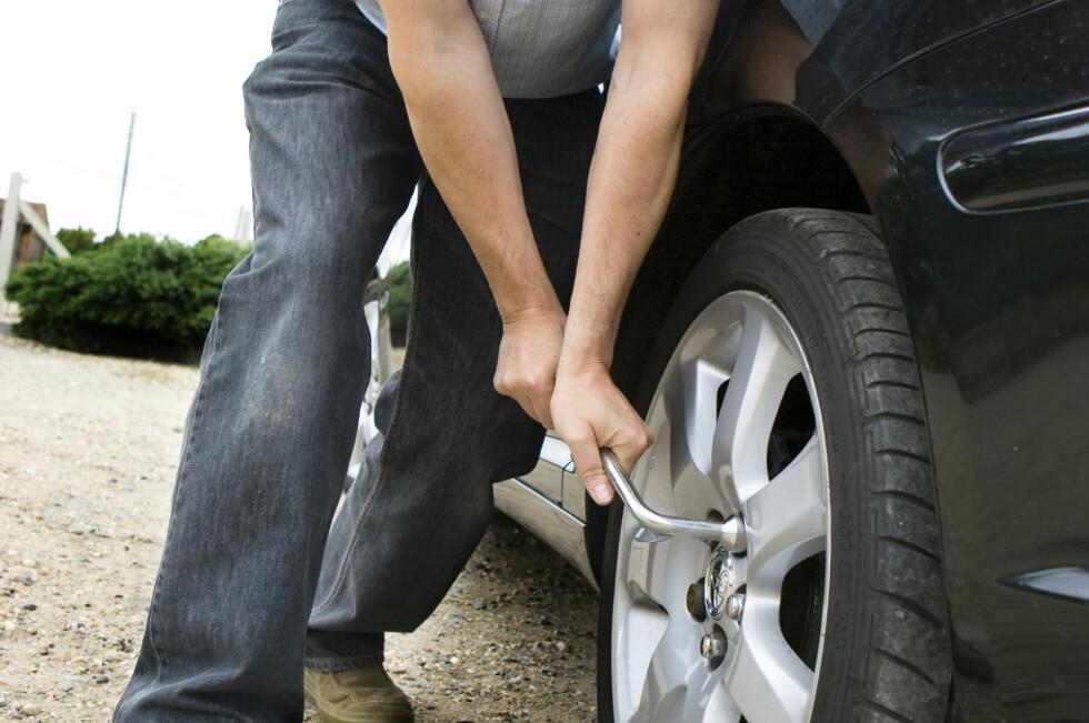 Glemmer du å etterstramme hjulboltene etter et dekkskifte, risikerer du at det løsner under kjøring. Foto: Colourbox.com