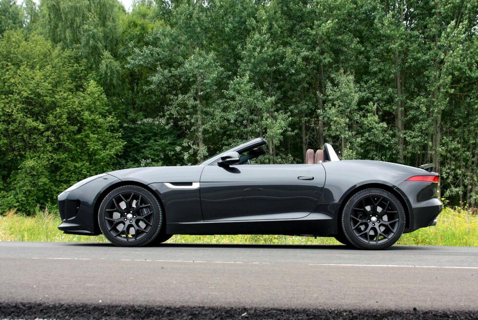 KLASSISK: Sett rett fra siden fremstår den enkle linjerenheten til Jaguar F-Type i all sin prakt. Selv med den triste fargen importøren har valgt på testbilen... Foto: Knut Moberg