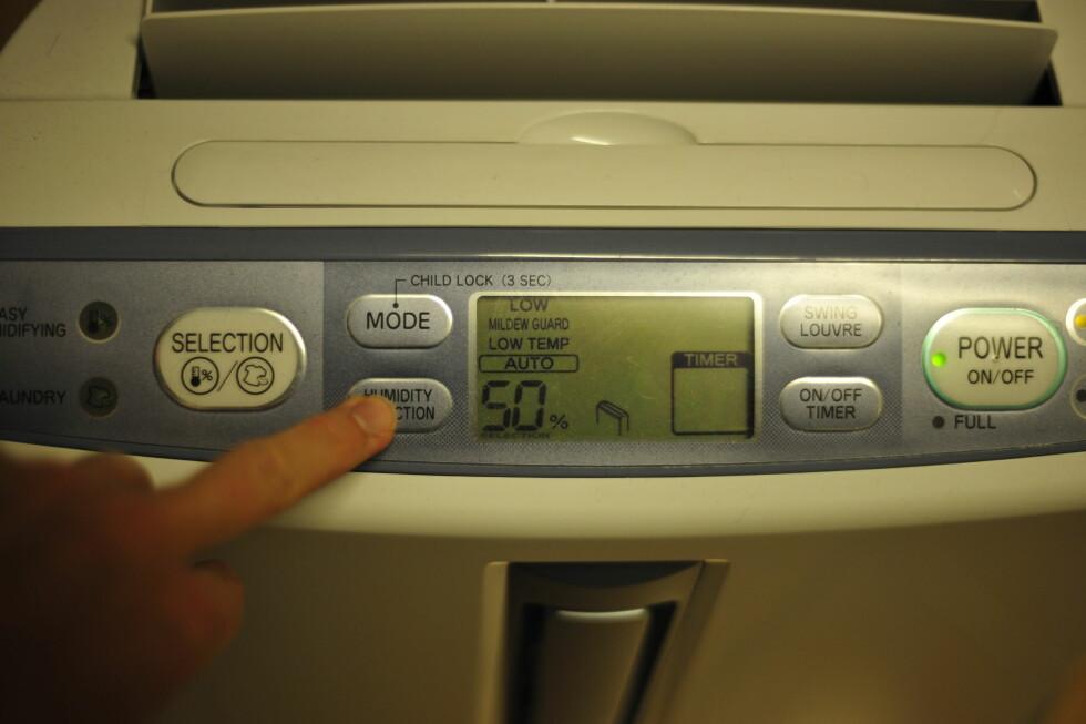 VI TESTER LUFTAVFUKTER: Vi hadde aldri trodd at klesvasken produserte SÅ mye fuktighet ... Foto: KRISTIN SØRDAL