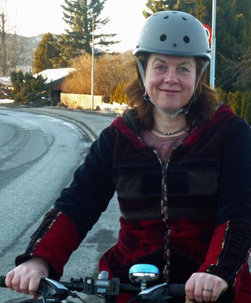 Hulda Tonstad i Syklistenes Landsforening sier sykkelbutikkene leverer ulovlige sykler, når de selger sykler uten forskriftsmessig lys og refleks.  Foto: SYKLISTENES LANDSFORENING