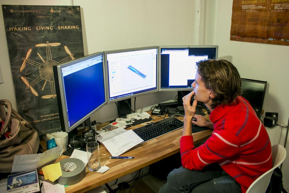 Tegningene lages - eller tilpasses - på en større PC, før de sendes til laptopen som snakker med fresemaskinen.  Foto: Per Ervland
