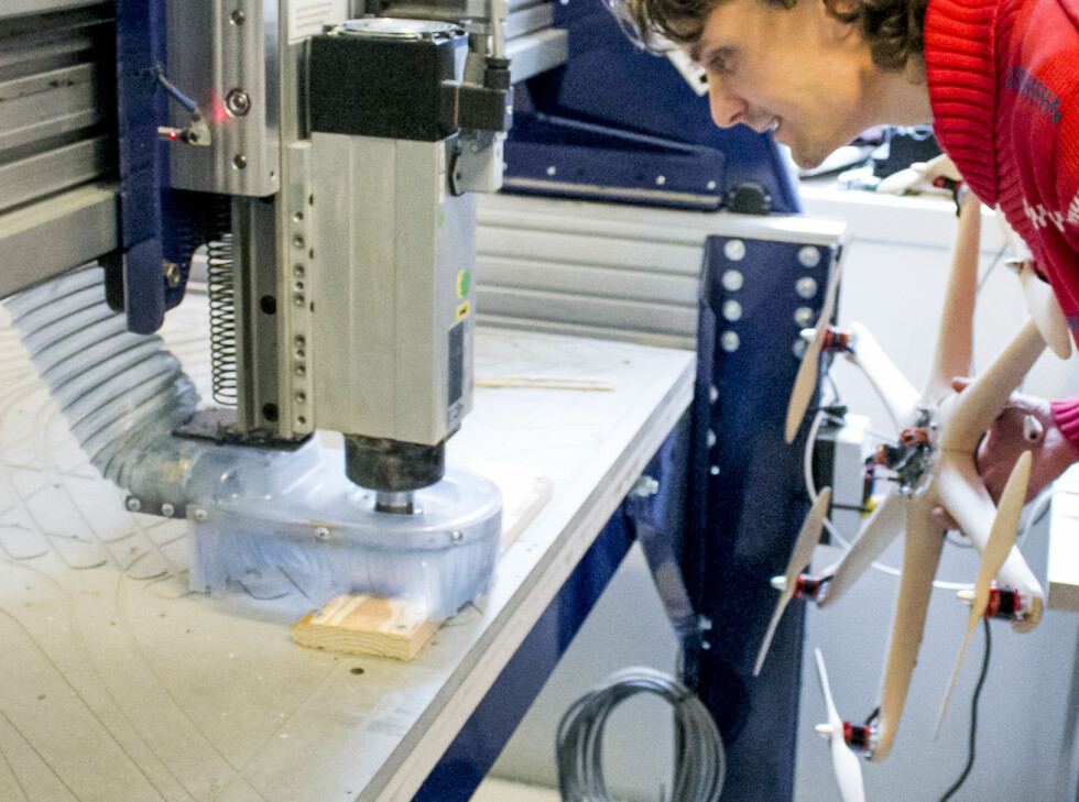 Stykket som skal freses ut skrus fast i platen før maskinen settes i gang. Foto: Per Ervland