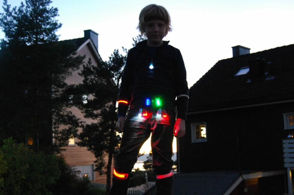 JULETRE: Barn er mye mer motivert til å bruke LED enn refleks.  Foto: Thomas Strzelecki