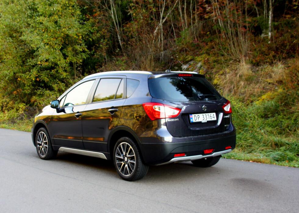 Suzuki-SX4-S-Cross: Ikke helt SUV, men ikke en vanlig kombi heller. Slikt kaller man i dag en crossover... Foto: Knut Moberg