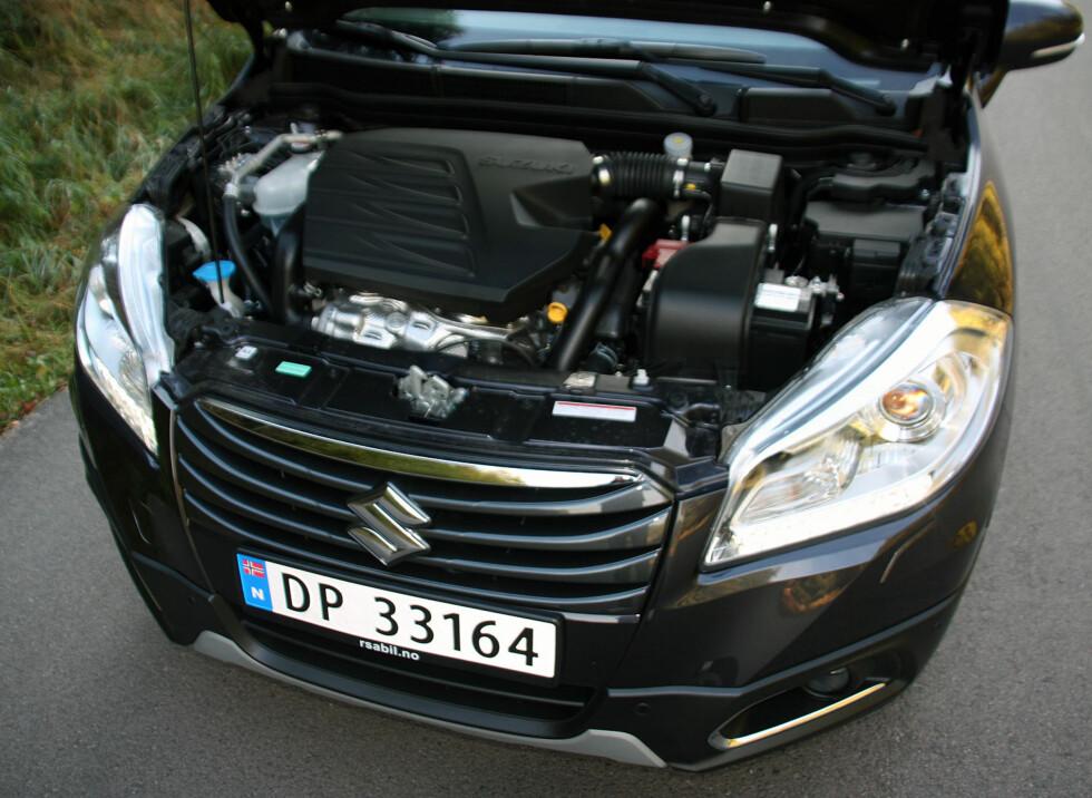 KRAFTPAKKE: Under panseret på testbilen med den beskjedne betegnelsen 1.6 finnes nå en moderne og kultivert dieselmaskin som leverer en trekkraft på 320 newtonmeter - i praksis betyr det gode klatre- trekk- og forbikjørings-egenskaper. Bilen er nemlig ikke spesielt tung og firehjulsdrift gjør at kreftene plantes godt i bakken. Foto: Knut Moberg
