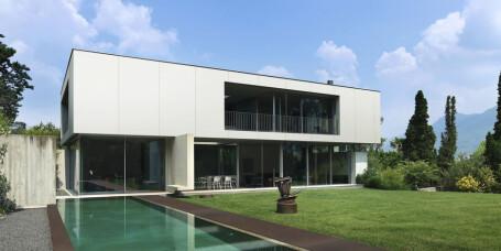 Bygger hus av benkeplater