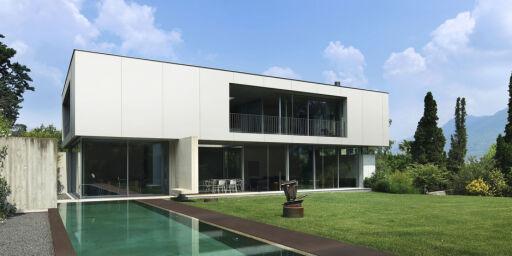 image: Bygger hus av benkeplater