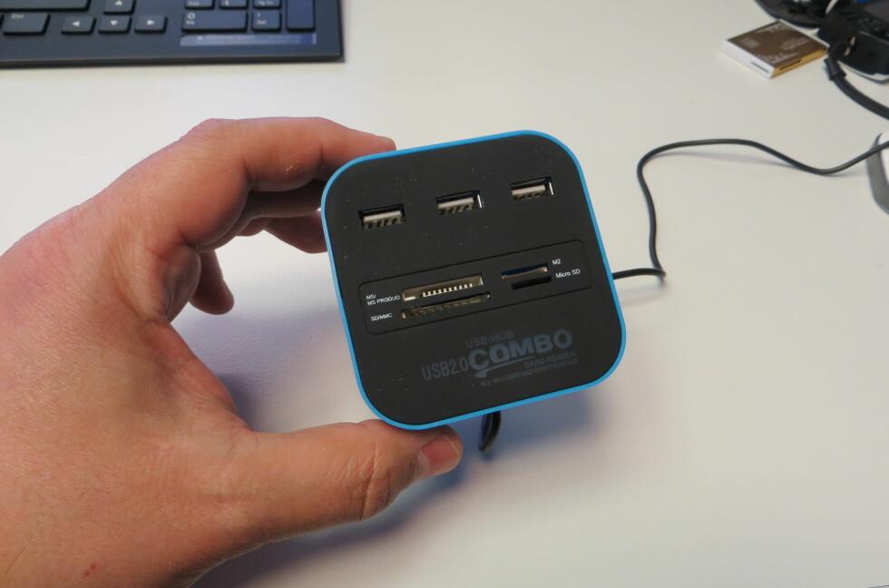 En kombinert USB-hub med tre porter og kortleser for de fleste aktuelle minnekort. Slikt kan vi like. Foto: Bjørn Eirik Loftås