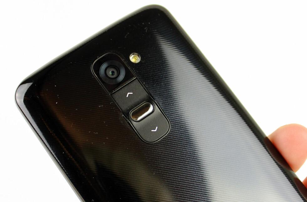 G2 er laget i svart plast, og selv om vi savner luksusfølelsen man får med telefoner i aluminium, er byggkvaliteten god. Utformingen med avrundede kanter på baksiden gjør at den lett og ligger behagelig i hånden. Foto: Kirsti Østvang