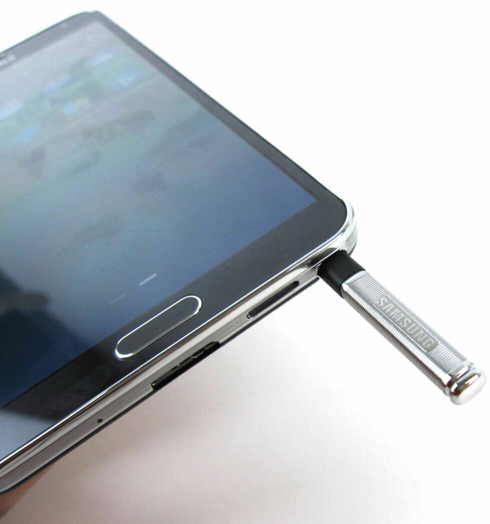 Pennen skyves inn i mobilen når den ikke er i bruk. Foto: BJØRN EIRIK LOFTÅS