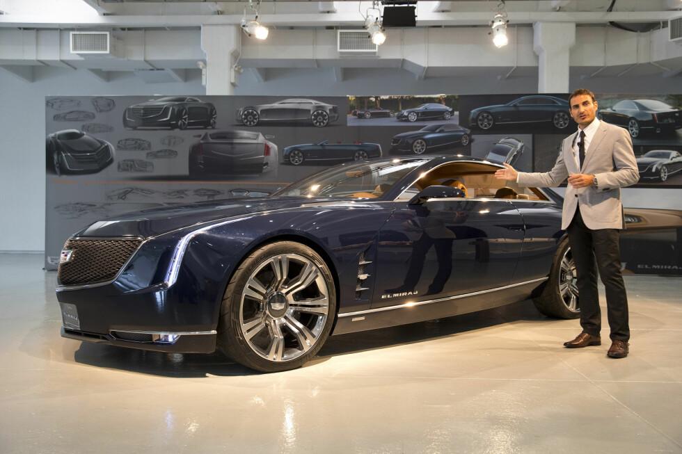 Interiørdesign-manageren for Cadillac Elmiraj viser frem den store kupéen i New York. Inspirasjonen ble til dels hentet fra 1967-modellen av Cadillac Eldorado. Foto: Richard Prince/Cadillac