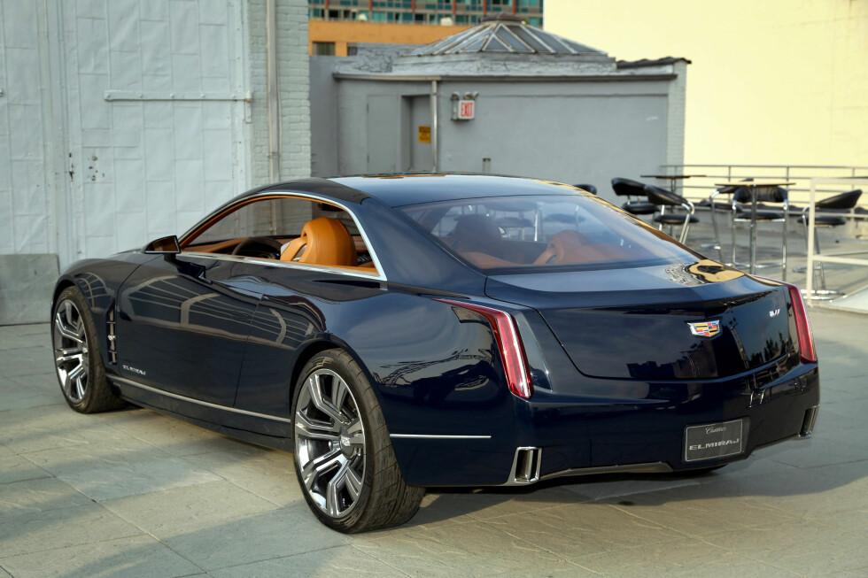 """NESTE ELDORADO? Det var under et spesielt arrangement i New York Cadillac viste Elmiraj Concept. Den ble deretter vist på bilutstillingen i Frankfurt som ble avholdt nylig. Dette er en svær bakhjulsdrevet to-dørs kupé som skal vise hvordan Cadillac ser for seg sin fremtid innen luksusbiler. Motor: """"bare"""" en 4.5-liter twin turbo V8 med i overkant av 500 hester. Foto: Cadillac News Photo"""