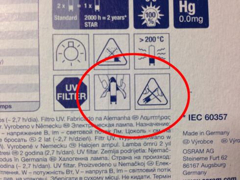 Her viser produsenten at du skal bruke papir når du tar på lyspæren. Med varseltrekanten tydeliggjør de at du ikke må ta direkte på lyspæren. Foto: Gaute Beckett Holmslet