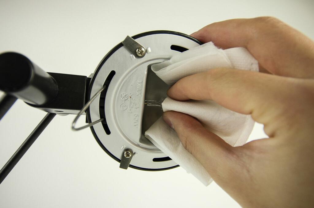 Husker du å bruke papir når du skal skifte halogenpære? Foto: Gaute Beckett Holmslet
