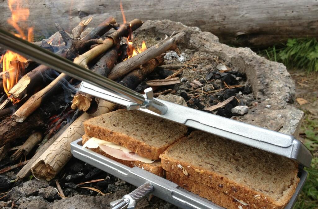 Lysten på varme smørbrød på turen? Vi har testet toastjern for bål. Foto: Berit B. Njarga