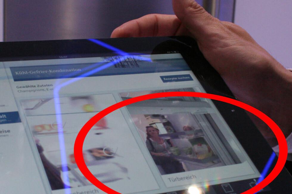 På nettbrett og smarttelefon kan du sjekke hva som var i kjøleskapet sist gang det ble åpnet. Samtidig blir den som åpner det også foreviget, slik vi ble på IFA-messen i september. Foto: Elisabeth Dalseg