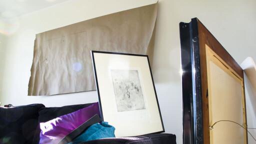 Når arket er hengt opp, kan du betrakte komposisjon og plassering, eventuelt endre og viske ut, før du faktisk borer i veggen. Foto: Per Ervland